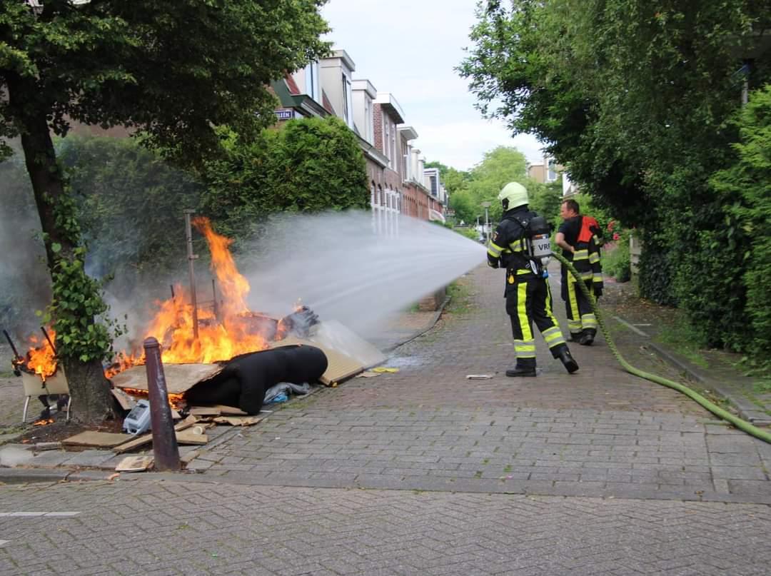 Afval gedumpt en in brand gestoken aan de Oldegalileen in Leeuwarden