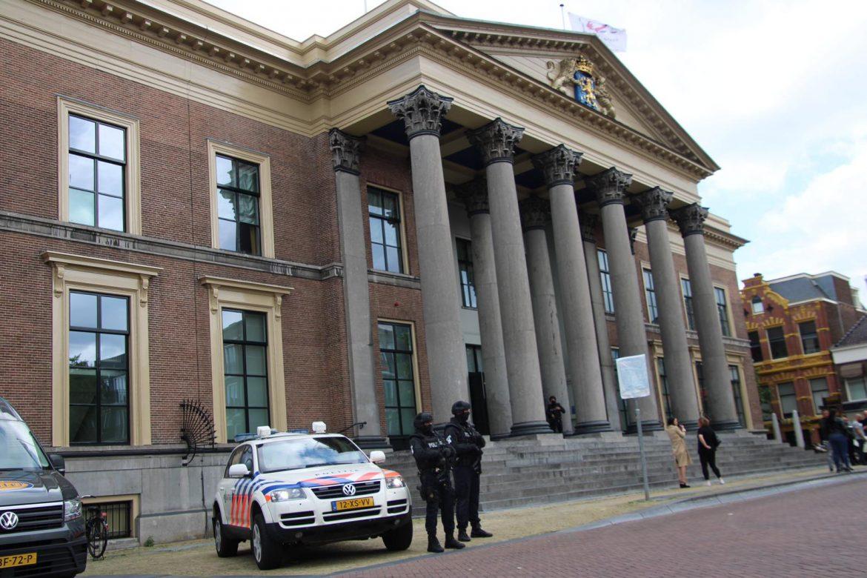 Speciale eenheden van politie bewaken gerechtshof in Leeuwarden